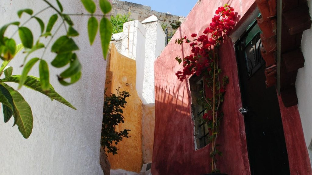 Anafiotika athens historical walking tour grekaddict