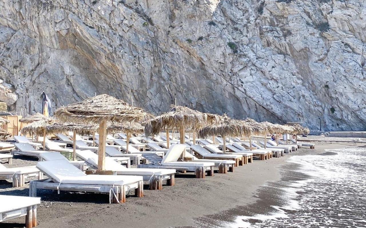 10 Best Things to do in Santorini Perissa beach