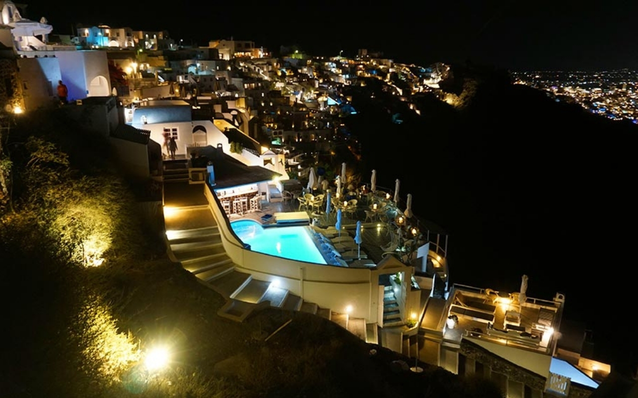 10 Best Things to do in Santorini best bars in Oia 1