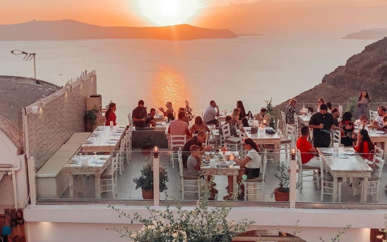 10 Best Things to do in Santorini best restaurant in Santorini 1