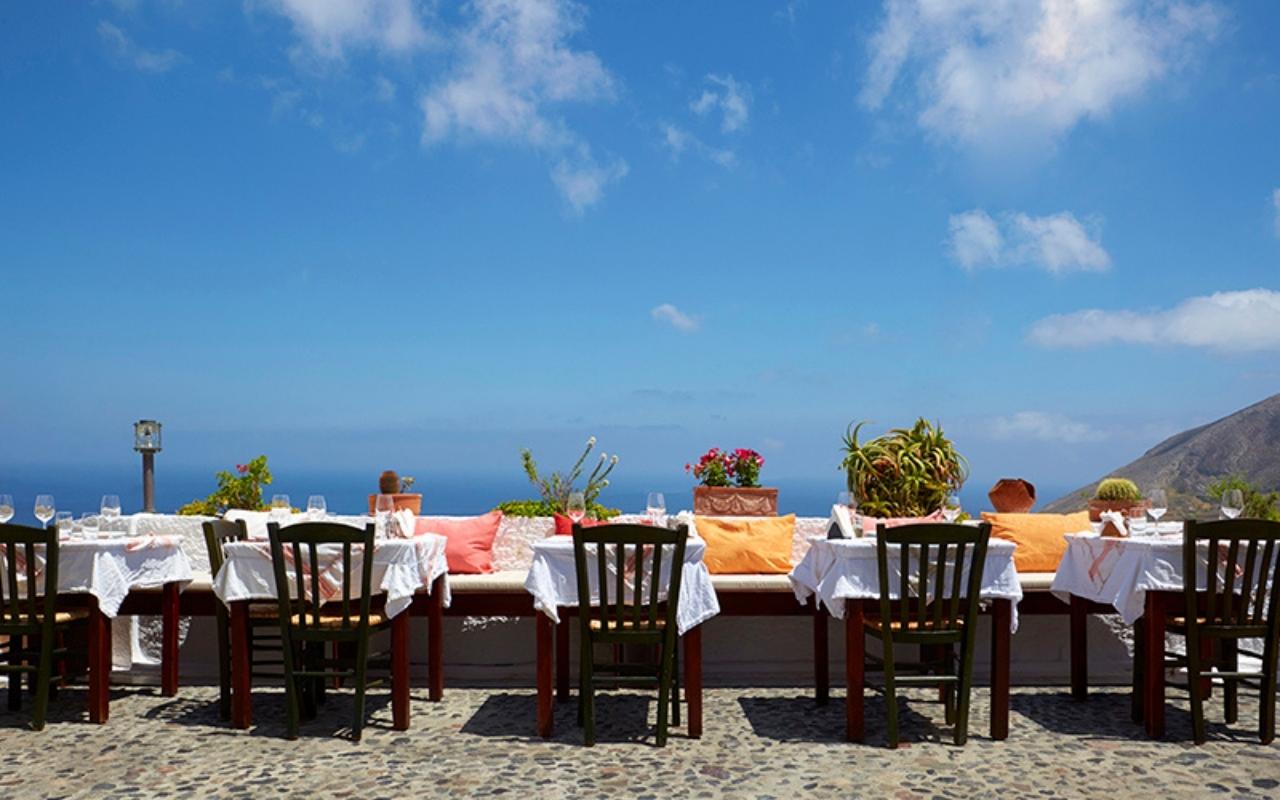 10 Best Things to do in Santorini best restaurant in Santorini 4