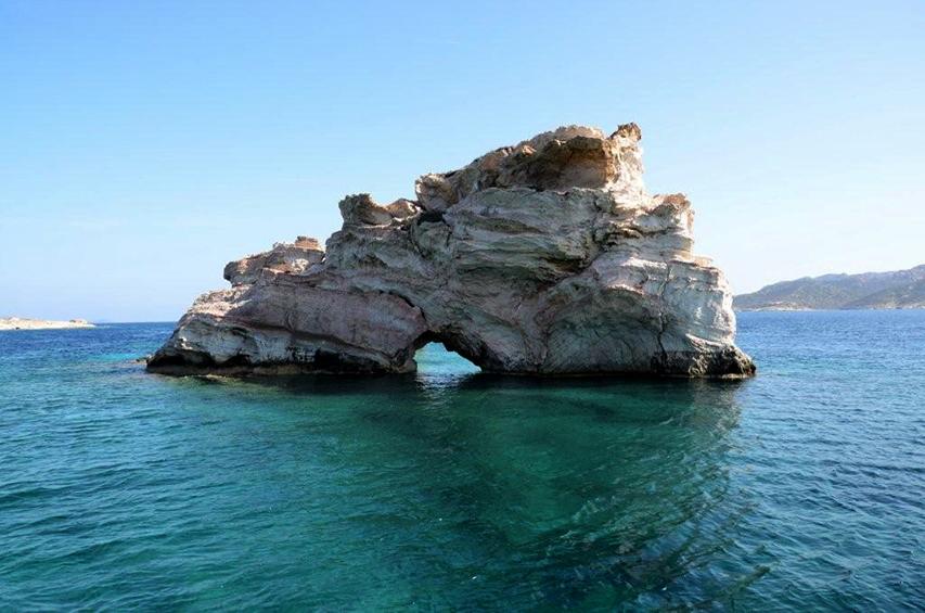 Semi-private Milos boat cruise to Kimolos and Polyaigos